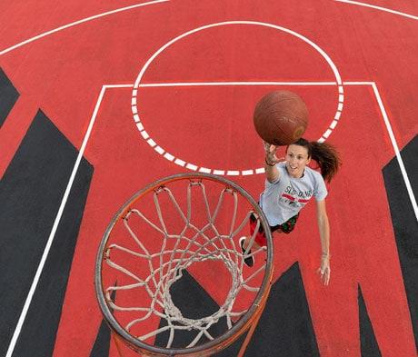 Mapei riempie di colore il campo da basket di Viale Stelvio