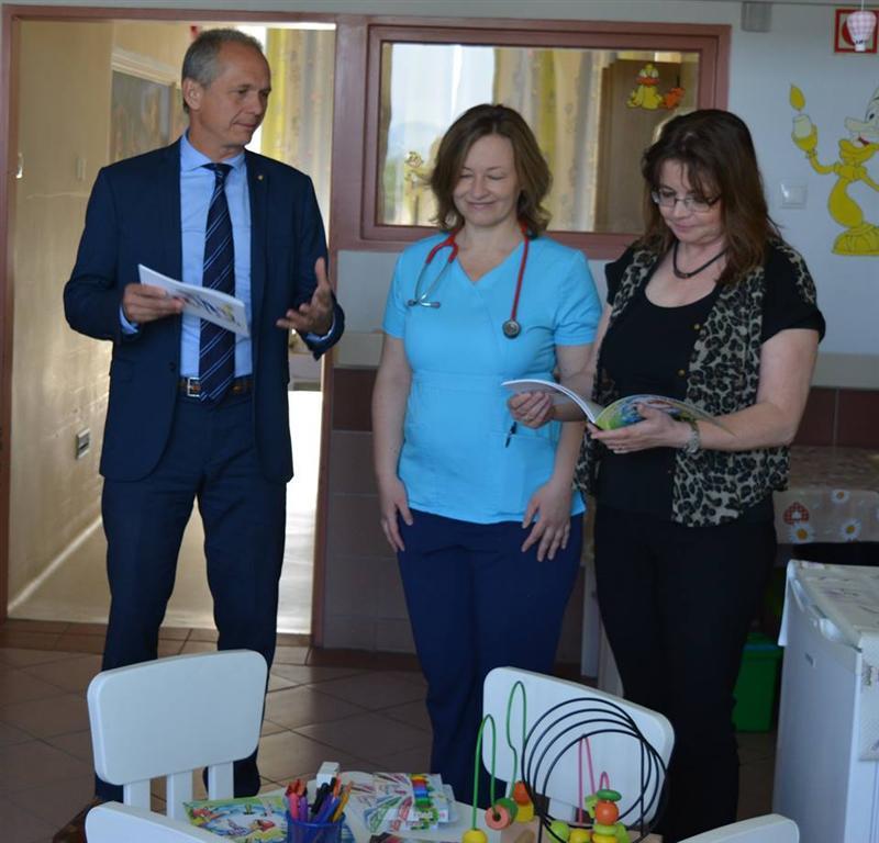 Különleges mesekönyveket és játékokat kapott ajándékba a váci kórház gyermekosztálya