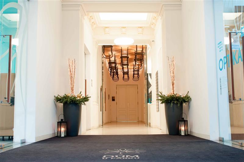 Elegantní vchod s židlemi na stropě
