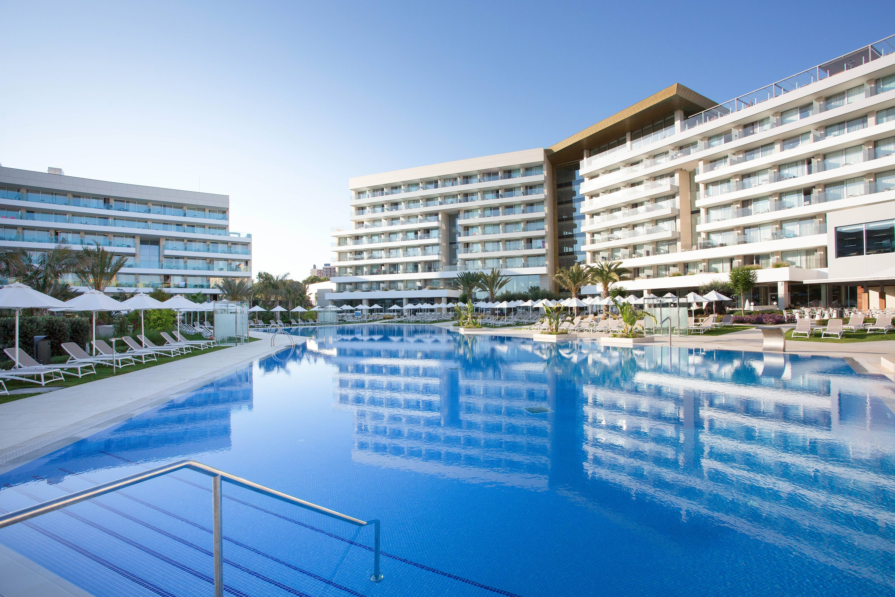 Hipotels Playa de Palma Palace pool and building 2