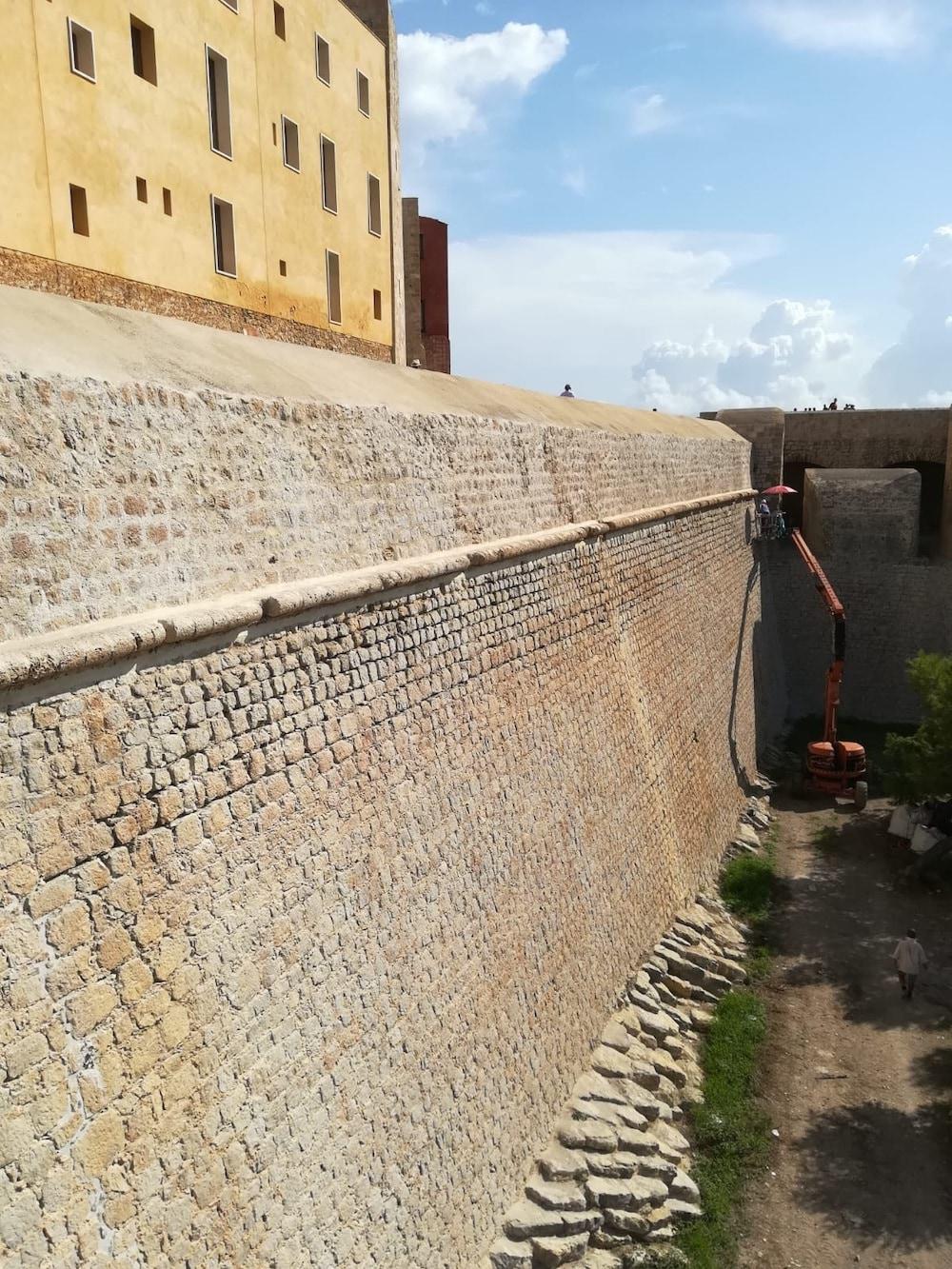 El COAATEEEF presenta a sus colegiados los trabajos de restauración de las antiguas murallas de Dalt Vila de manos de Mapei
