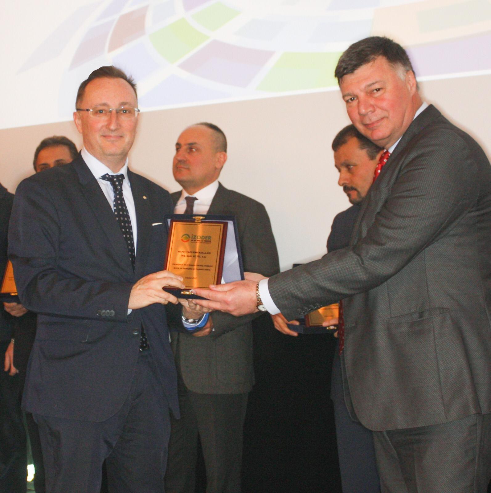 MAPEI Türkiye Genel Müdürü Selman TARMUR, 10. Yıl Üyelik Özel Plaketi aldı.