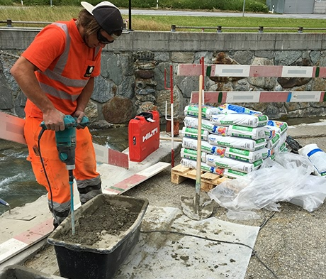 Mapei soutient les apprentis d'Implenia dans leur projet de constructeur de ponts à Saas-Balen (VS)
