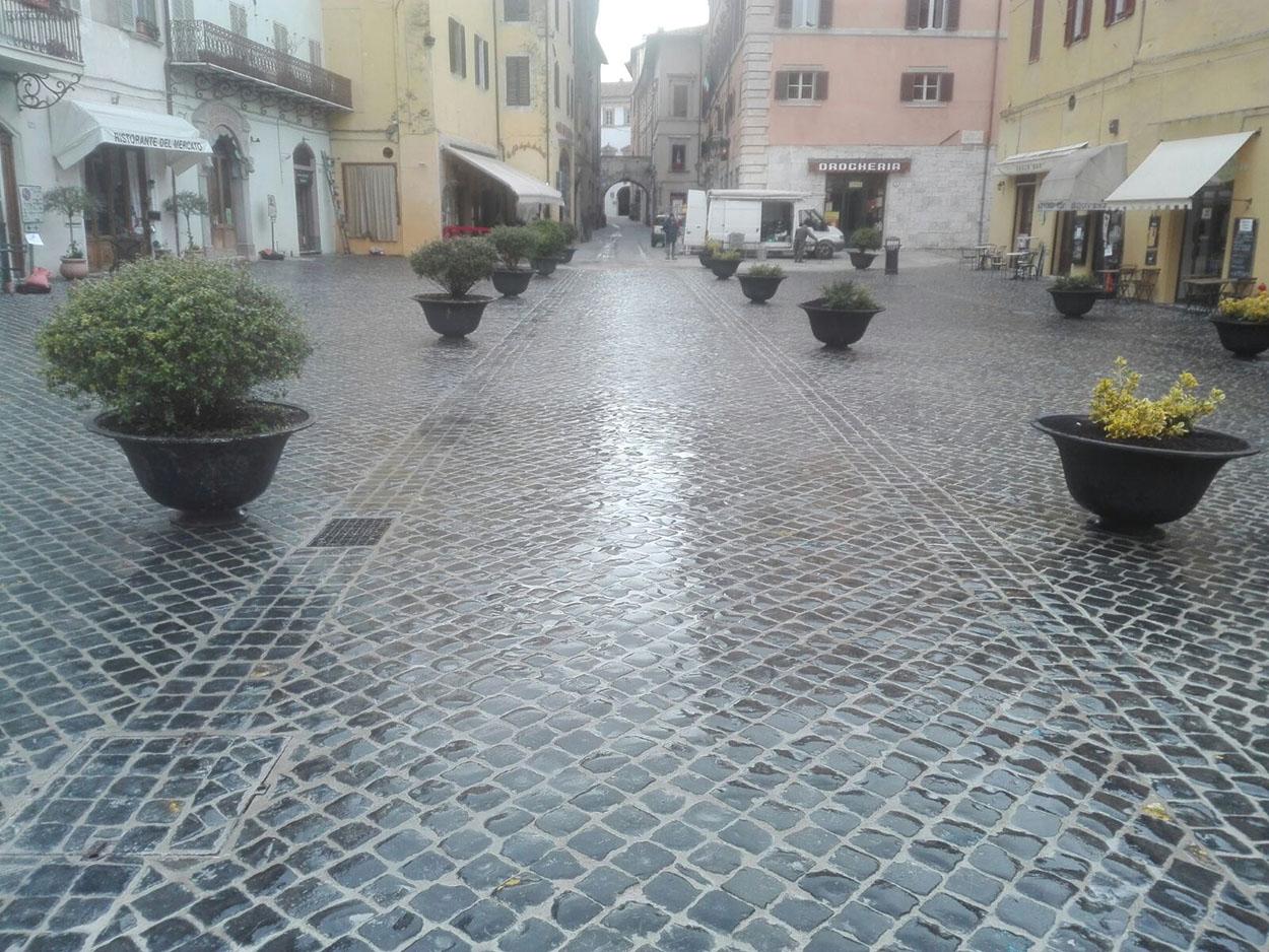 Piazza del Mercato Spoleto Mapei (1)