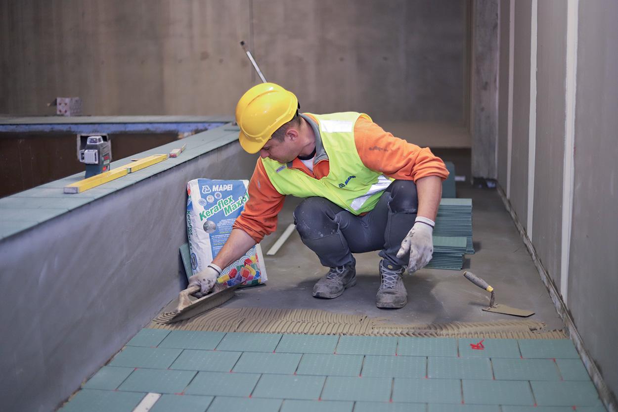 Mapei Football Center - costruzione - i prodotti usati_ceramica e pistarelle - posa