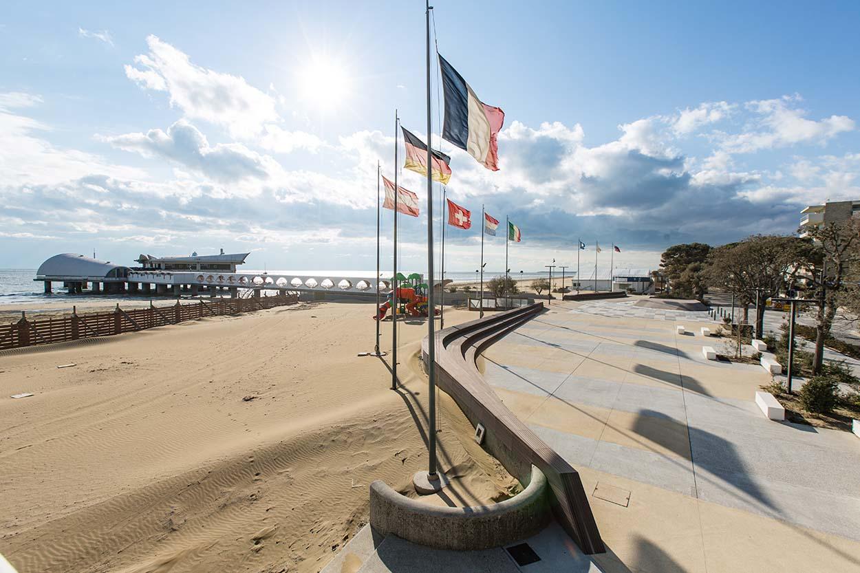 Fusione di colori tra la spiaggia dorata e pavimentazione in CLS - waterfront Trieste Mapei Lignano Sabbiadoro