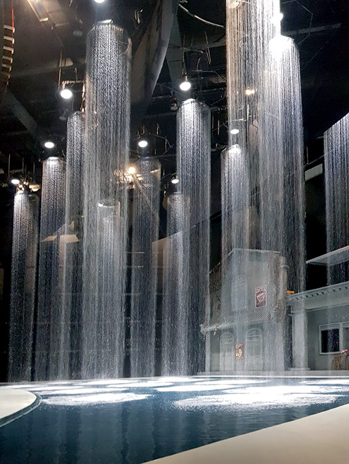 The columns of water that fall from the ceiling are collected in a storage tank on the stage waterproofed with MAPELASTIC.