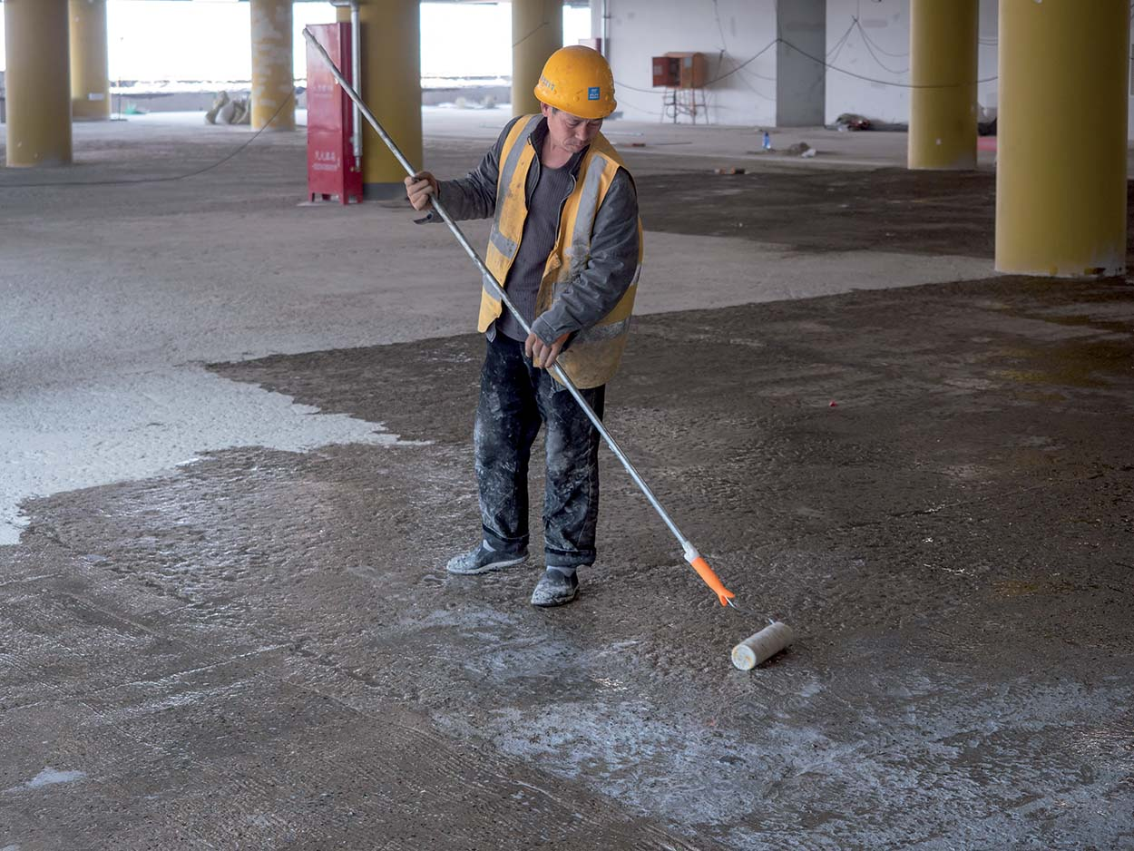 Pavimentazioni Mapei al Daxing International Airport di Pechino - Mixing & Apply Mapefloor I900 by roller as primer