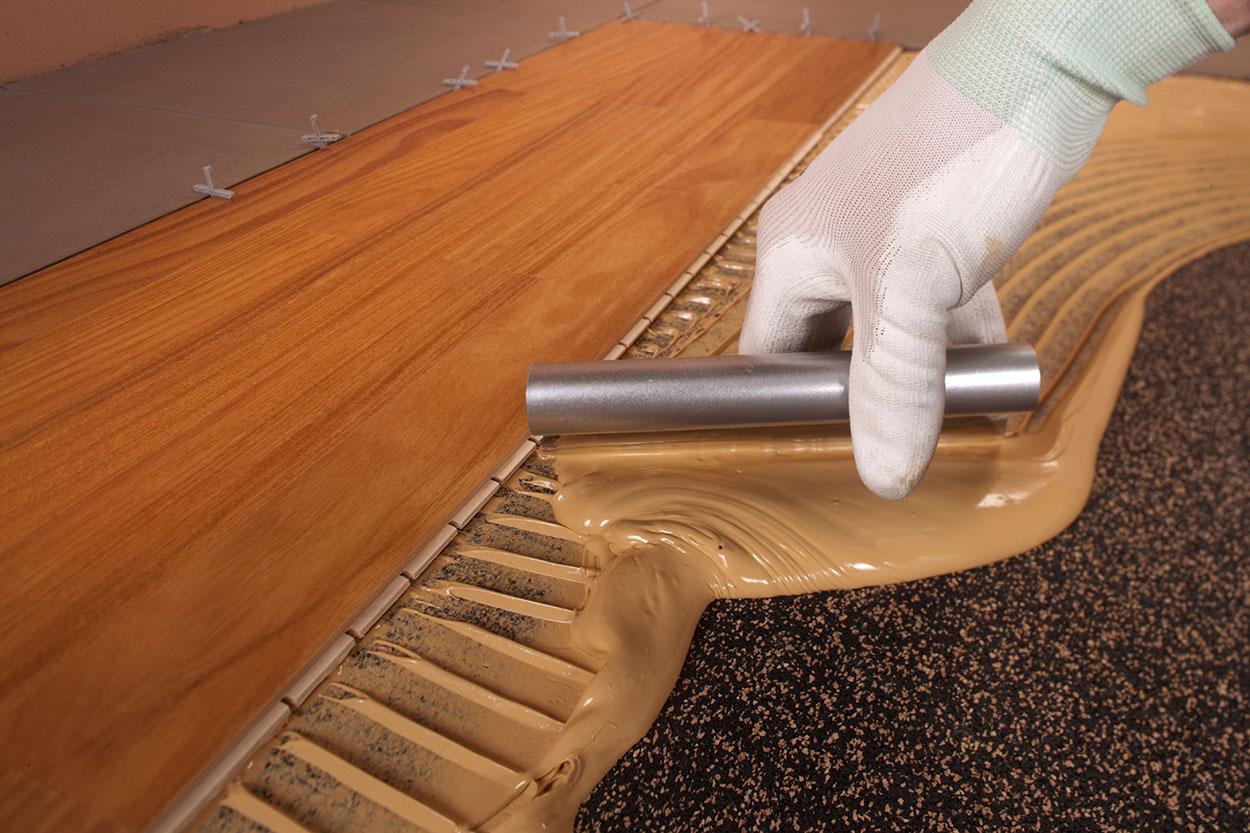 Mapesonic CR può ricevere la posa diretta di parquet e ceramica