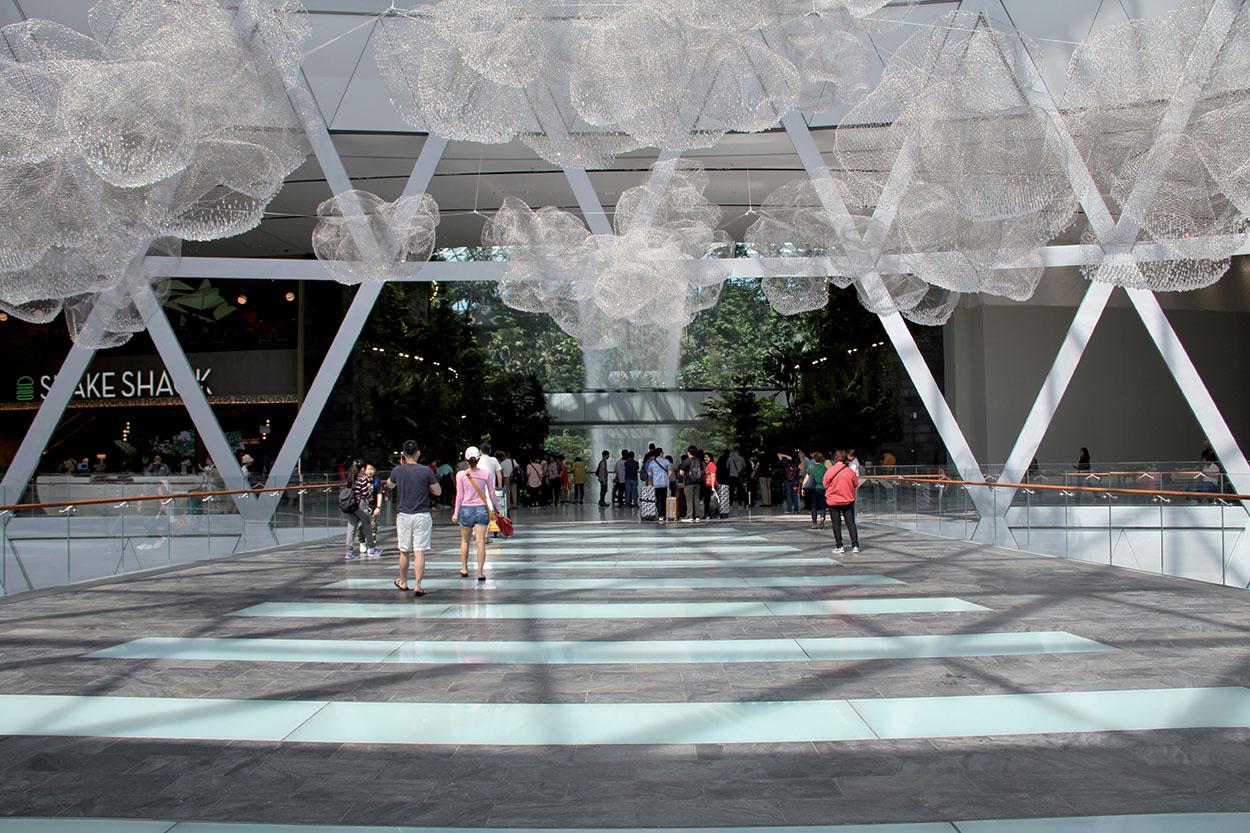 Singapore Jewel Changi Airport_Per i viali lastricati in granito e in acciottolato nel Canopy Park e nella Shiseido Forest sono stati usati KERAFLEX MAXI S1 per la posa e KERACOLOR FF per la stuccatura.