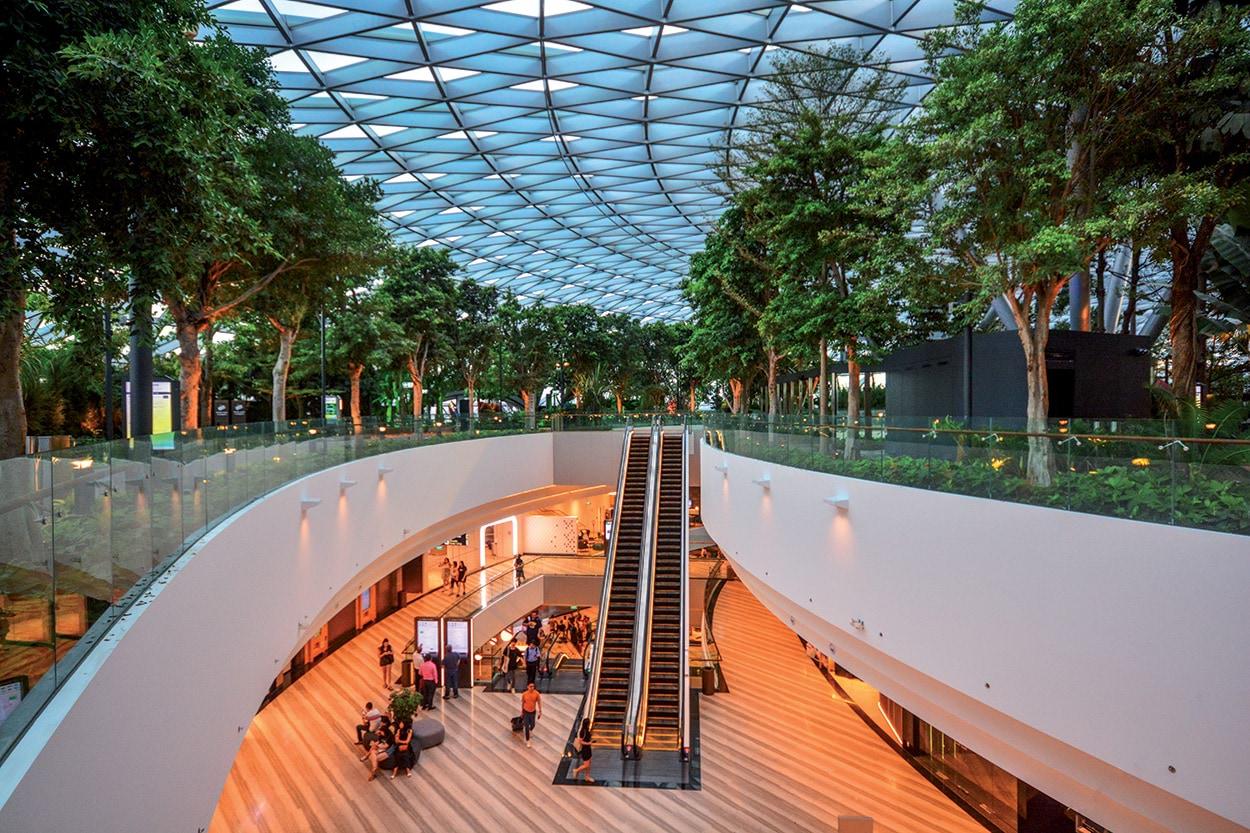 Singapore Jewel Changi Airport_shutterstock_1433326478 - I sette livelli della zona shopping sono stati rivestiti con lastre di marmo e granito nero posate con KERAFLEX MAXI S1 e stuccate con KERACOLOR SF.