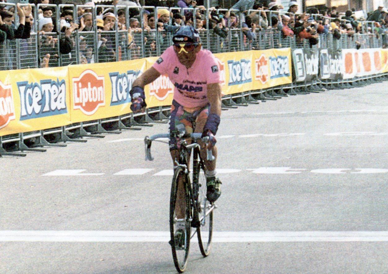 1995. Tony Rominger in maglia rosa trionfa nella tappa di Loreto del Giro d'Italia.