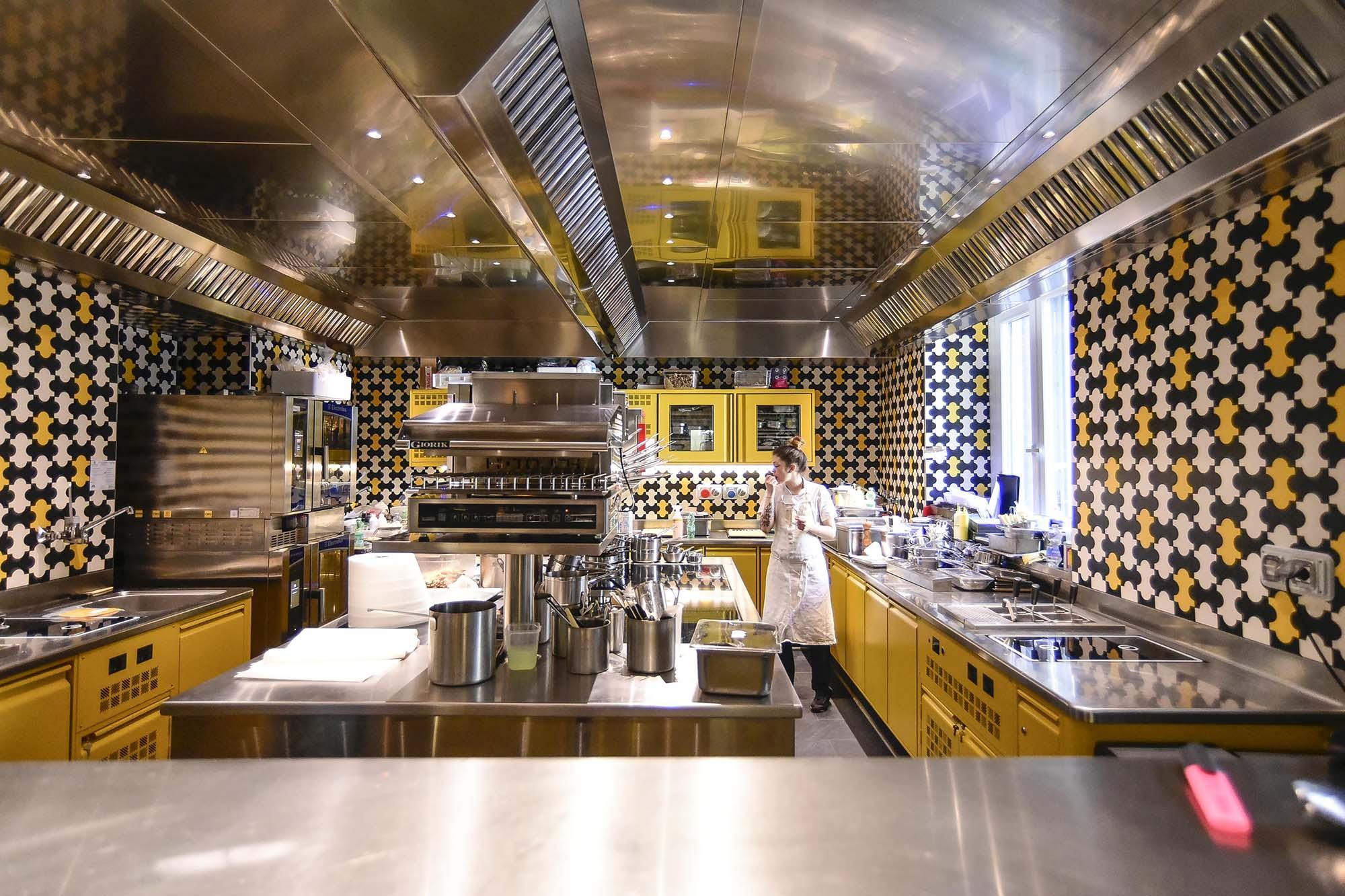 Nella cucina del ristorante di Carlo Cracco, per la sigillatura delle fughe tra le piastrelle sono stati utilizzati i prodotti a base di resina epossidica della famiglia Kerapoxy.