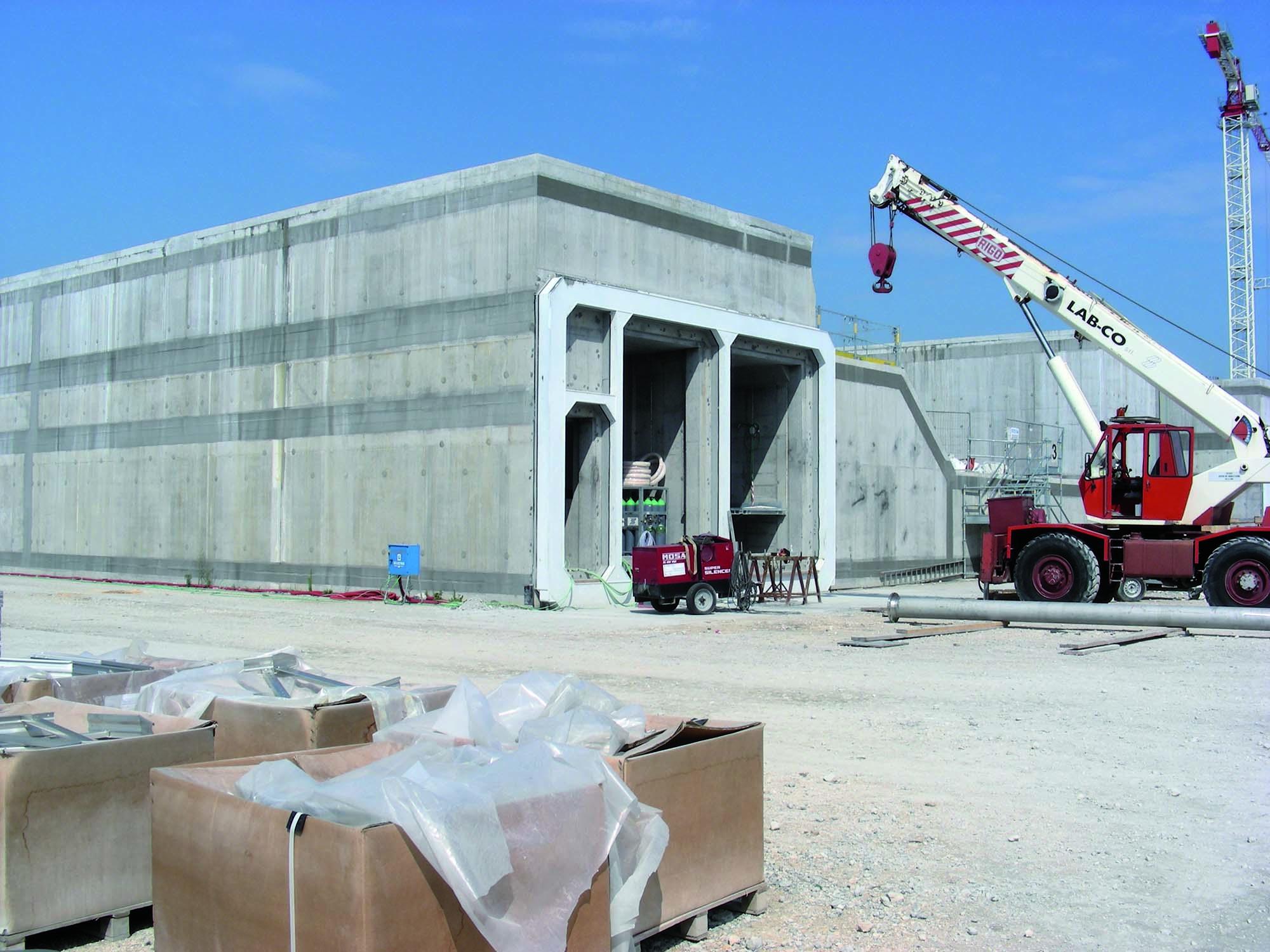 Soluzioni Mapei per i giunti di alloggiamento dei cassoni per il MOSE di Venezia - Cassoni in calcestruzzo armato in via di realizzazione per il Mose. I giunti di alloggiamento dei cassoni sono stati realizzati con MAPEFILL MF 610.