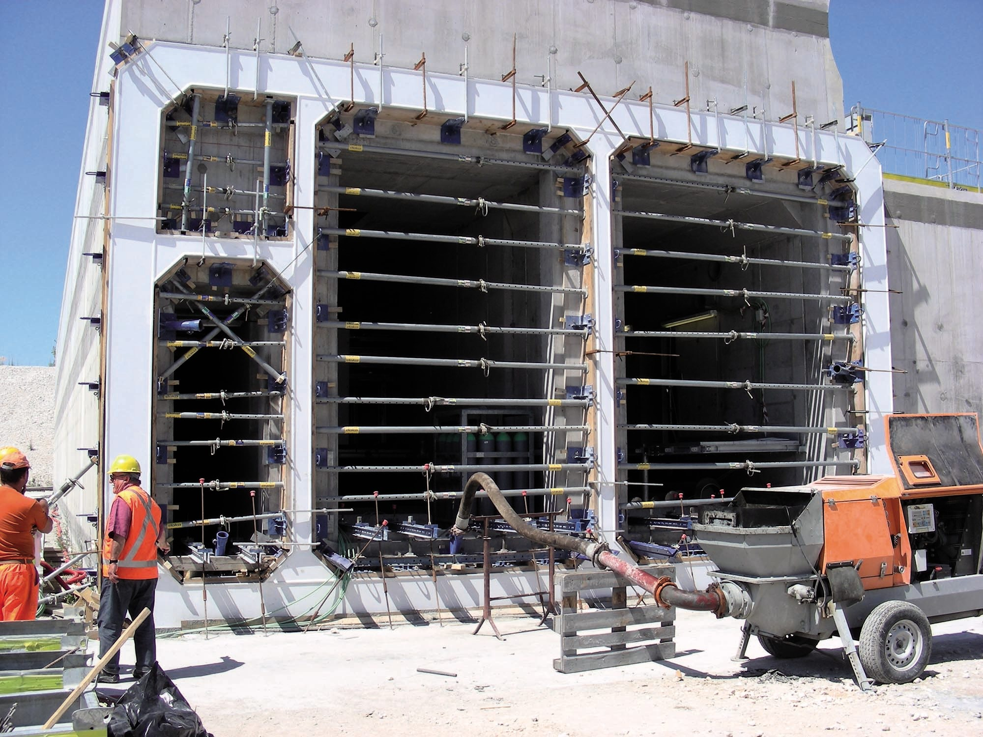 Soluzioni Mapei per il MOSE di Venezia - Preparazione e posizionamento dei casseri sui cassoni prima del pompaggio di MAPEFILL MF 610.
