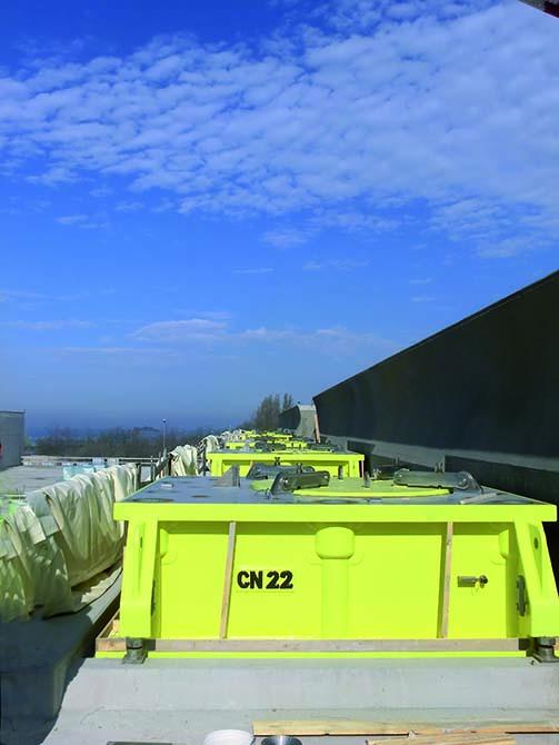 Soluzioni Mapei per il MOSE di Venezia_ancoraggio delle paratoie ai cassoni 2 - Le paratoie sono fissate ai cassoni tramite cerniere metalliche. Questo ancoraggio è stato realizzato tramite la malta fluida espansiva MAPEFILL MF.