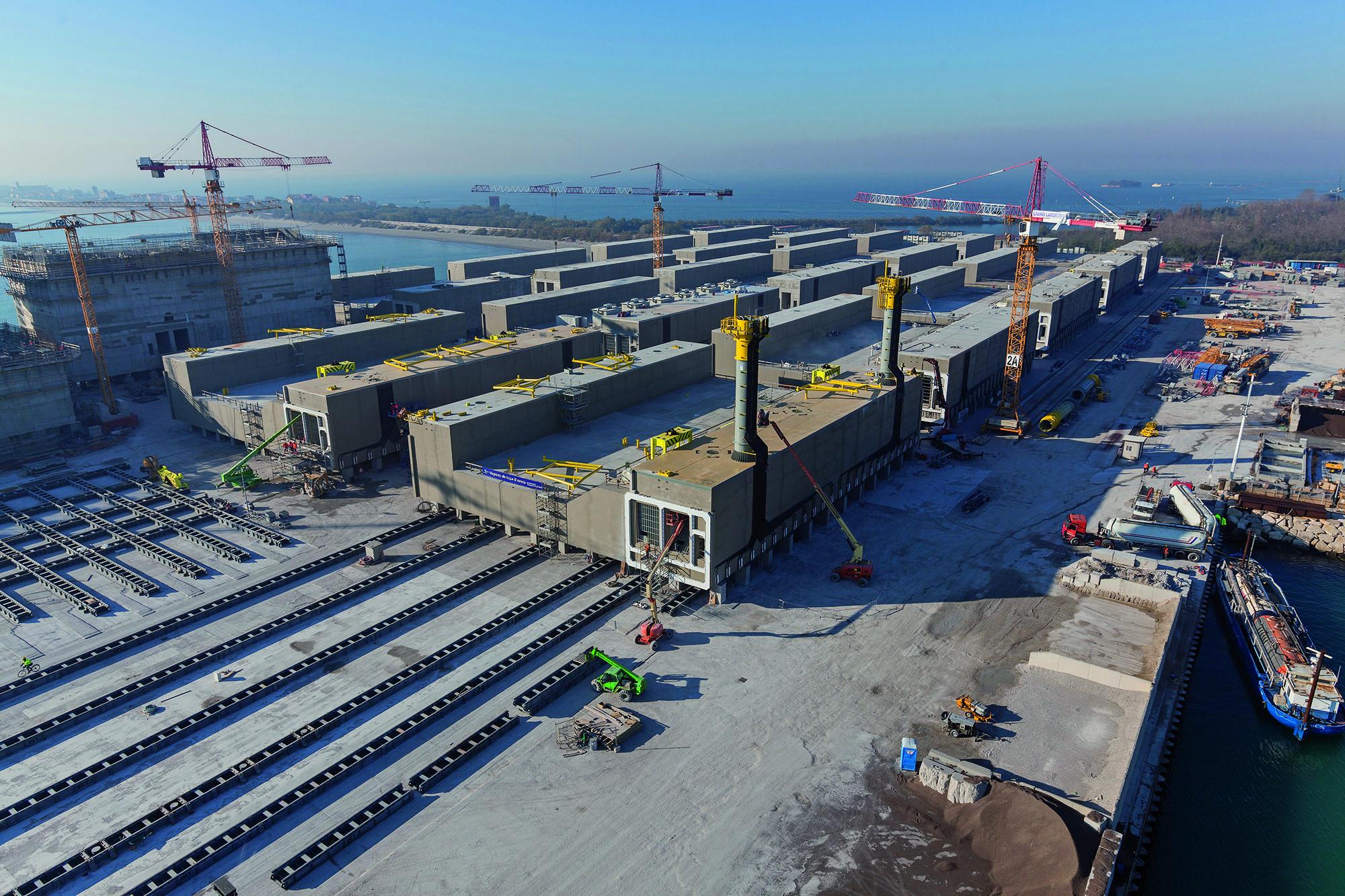 Soluzioni Mapei per il MOSE di Venezia_cantiere di Malamocco_Bocca di porto di Chioggia: movimentazione delle paratoie.