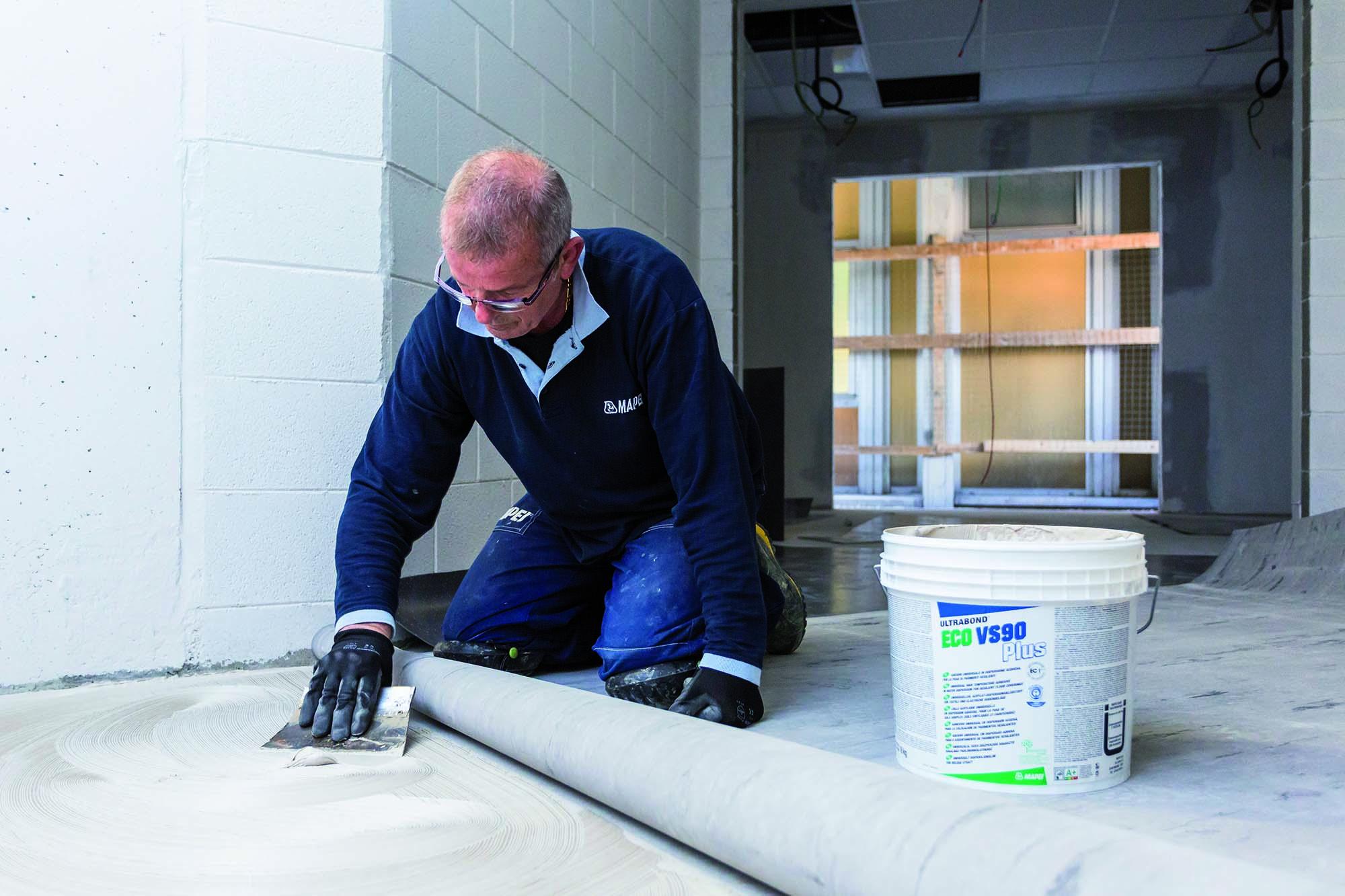 Posa di pavimentazioni in gomma con l'adesivo in dispersione acquosa Mapei Ultrabond Eco VS90 Plus per l'Ospedale San Gerardo di Monza
