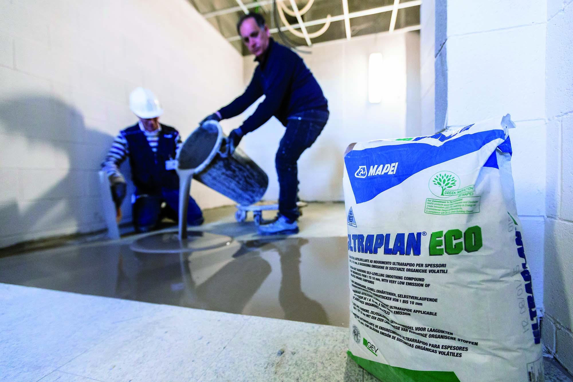 Stesura della lisciatura autolivellante Ultraplan Eco di Mapei per l'Ospedale San Gerardo di Monza