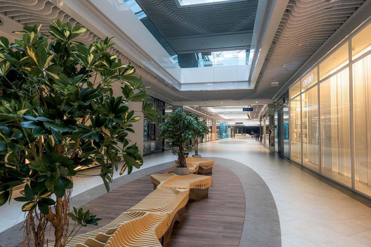Shopping Centre River Mall_Kiev_Mapei-Negli interni posate lastre di grande spessore di grès porcellanato e materiali lapidei