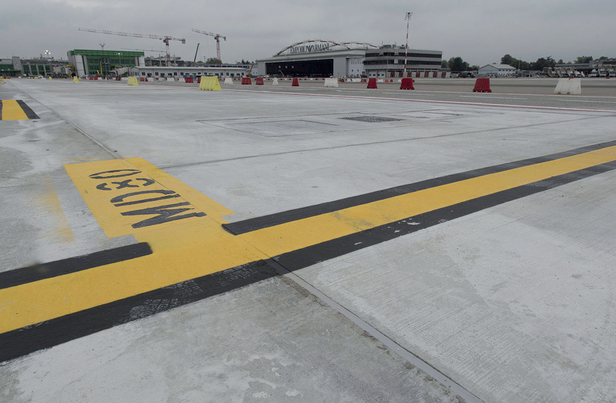Sealing of the runway - Final step_Mapeflex by Mapei used on 25 km of Milan airport Linate