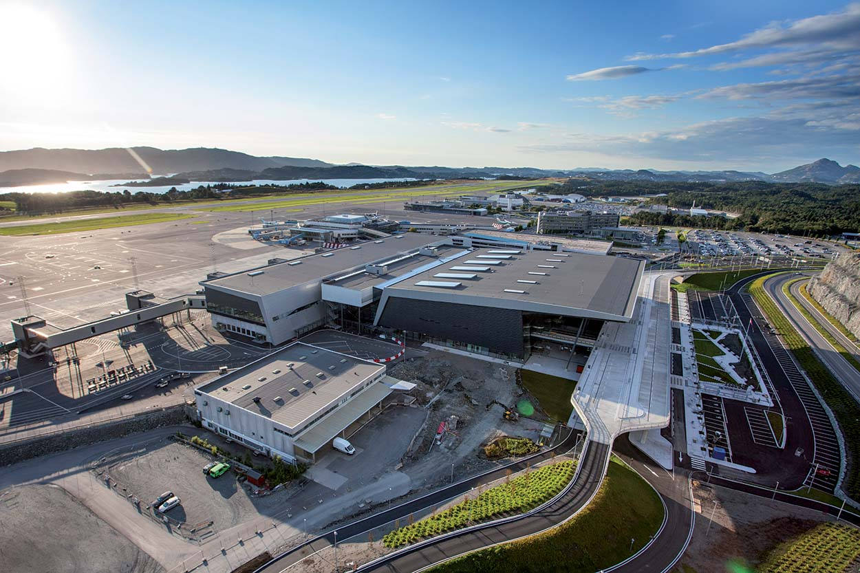 New_Bergen_Airport_Flesland_with_old_terminal_in_the_background_Bergen_Airport_Flesland_Mapei nell'aer