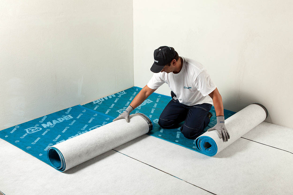 Preparation and placing of overlapped Mapesilent Roll soundproofing sheets - Mapei