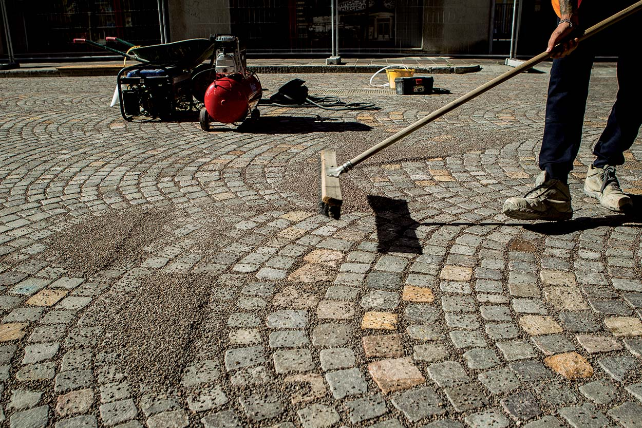 Resurfacing the porphyry roads in the city centre of Udine Italy with MAPESTONE JOINT by Mapei (2)