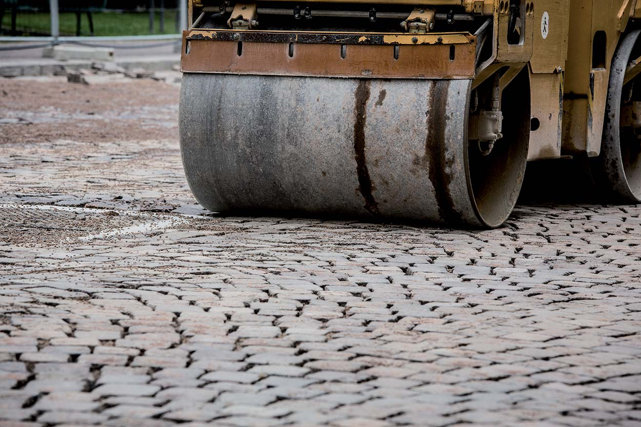 Resurfacing the porphyry roads in the city centre of Udine Italy with MAPESTONE JOINT by Mapei (3)