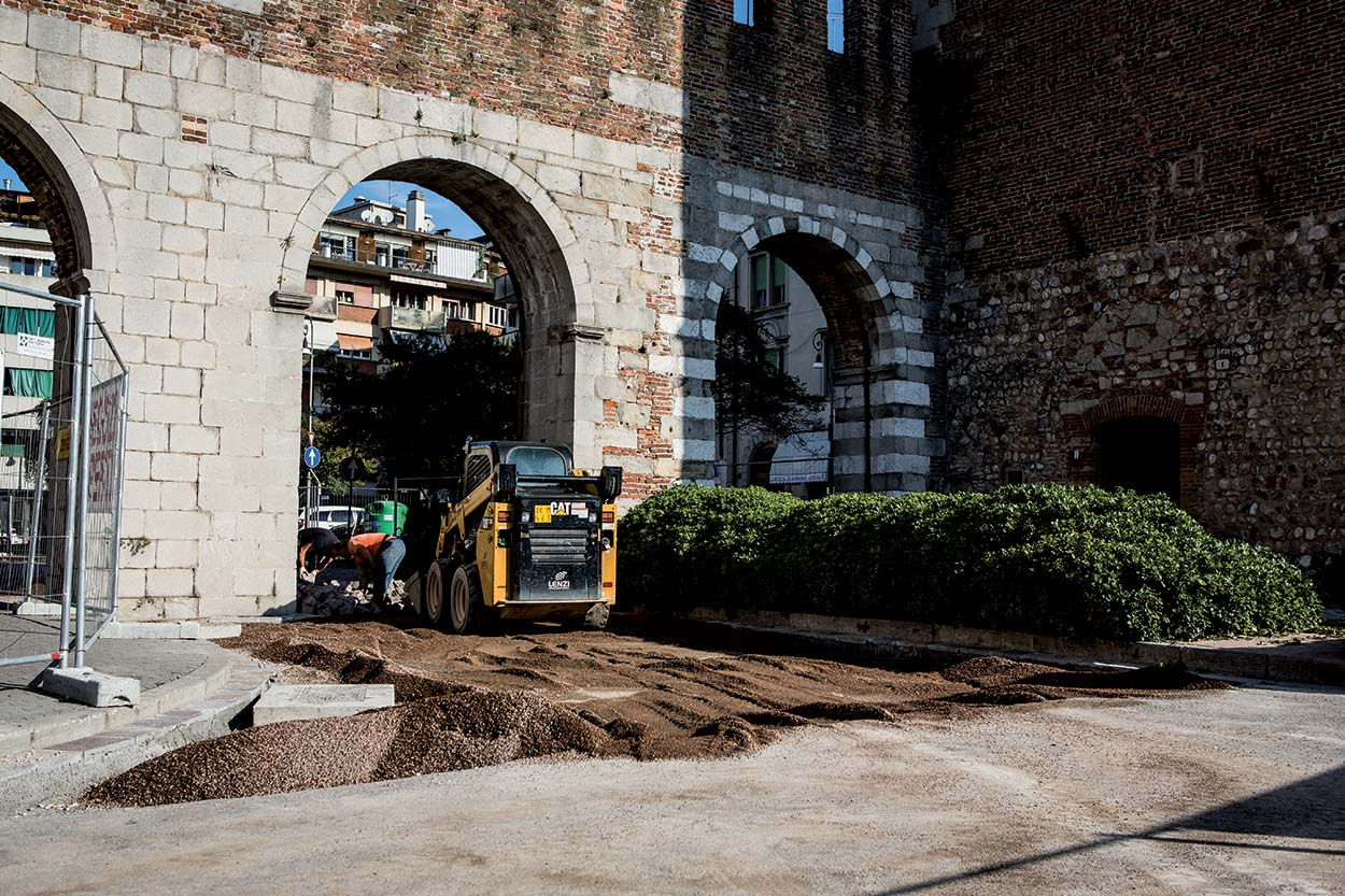 Resurfacing the porphyry roads in the city centre of Udine Italy with MAPESTONE JOINT by Mapei (4)