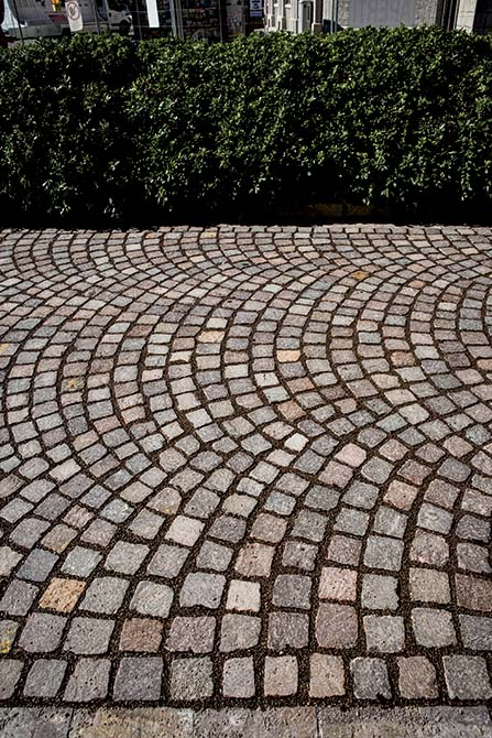 Resurfacing the porphyry roads in the city centre of Udine Italy with MAPESTONE JOINT by Mapei (5)