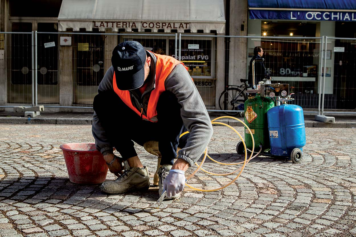 Resurfacing the porphyry roads in the city centre of Udine Italy with MAPESTONE JOINT by Mapei (6)