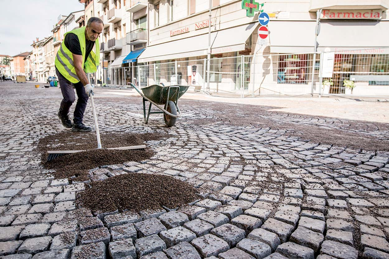 Resurfacing the porphyry roads in the city centre of Udine Italy with MAPESTONE JOINT by Mapei (9)