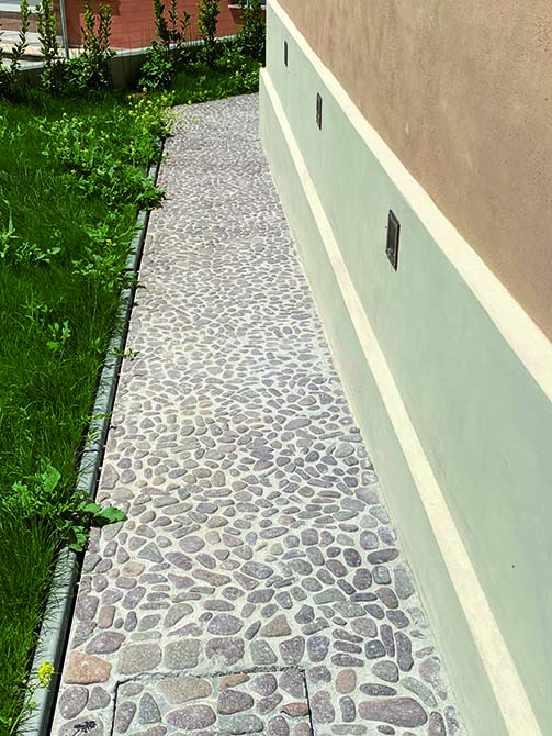MAPESTONE CALCIX was used for the outside cobblestones, a cement-free system specific for renovating stone pavings